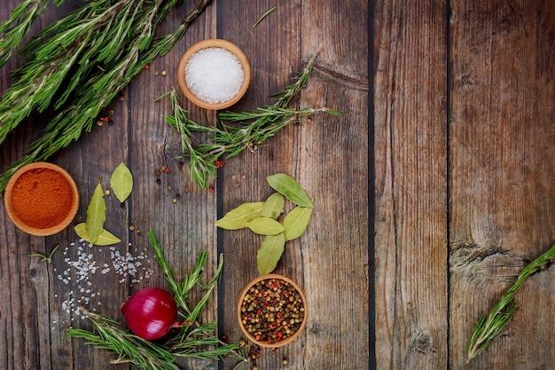 Épices et herbes sur table en bois rustique. vue de dessus.