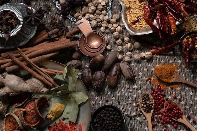 Épices et herbes sur une vieille table de cuisine.