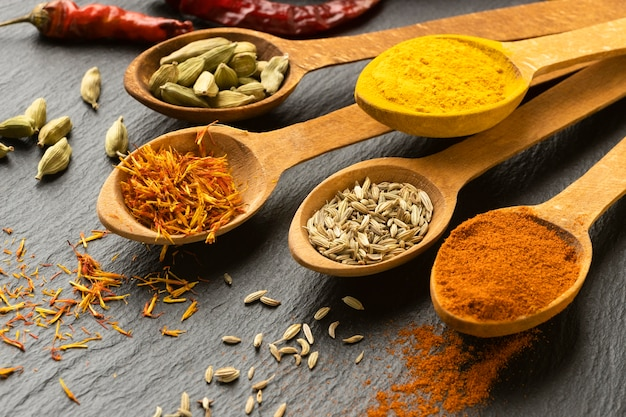 Épices indiennes à angle élevé avec des cuillères