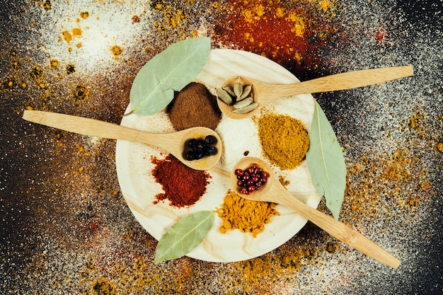 Épices indiennes sur assiette