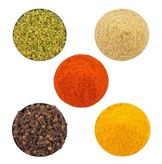 Épices indiennes colorées dans un bol