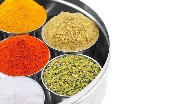 Épices indiennes colorées sur fond blanc