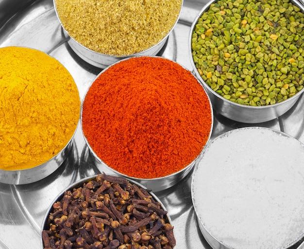 Épices indiennes colorées