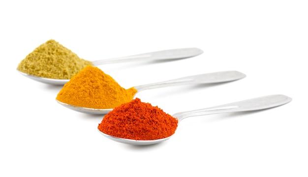 Épices indiennes en cuillères aussi connu sous le nom de poudre de piment rouge, poudre de curcuma, poudre de coriandre