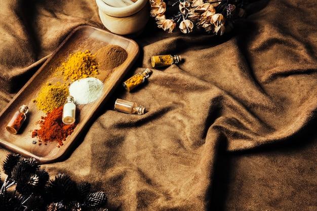 Epices indiennes délicieuses sur un linge