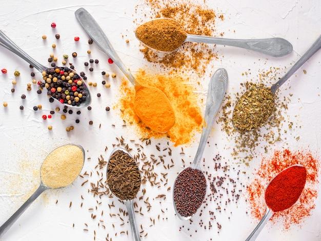Épices indiennes de nourriture sur blanc