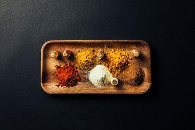 Épices indiennes sur la planche de bois