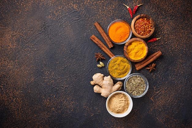 Épices indiennes traditionnelles sur fond rouillé