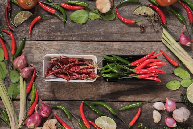Épices avec des ingrédients sur fond de bois. cuisine asiatique, concept santé ou de cuisine.