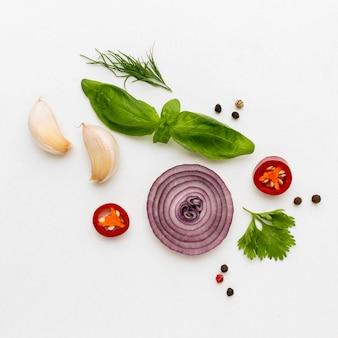 Épices et ingrédients sur la table