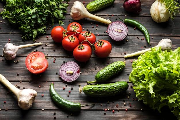 Épices et légumes pour salade