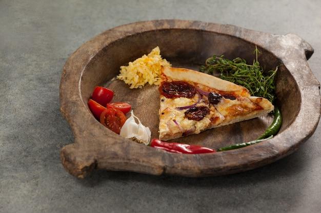 Épices et légumes avec tranche de pizza italienne