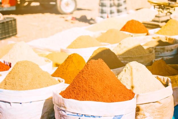 Épices sur le marché à marrakech