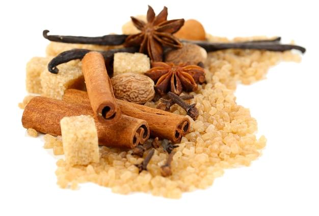 Épices de noël et ingrédients de cuisson isolés sur blanc