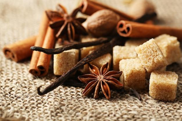 Épices de noël et ingrédients de cuisson sur un sac