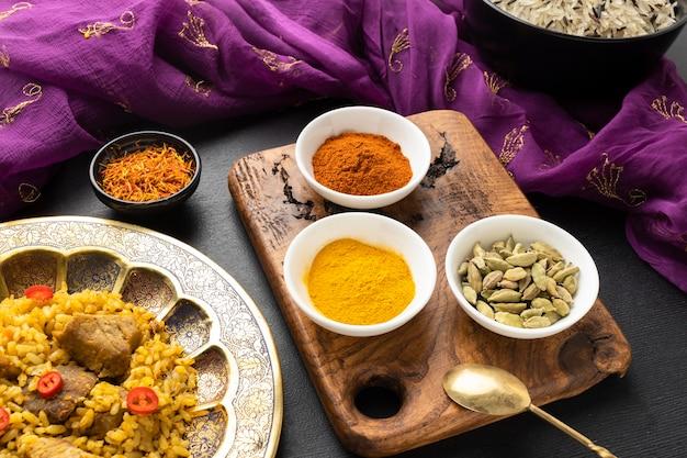 Épices et plats indiens à angle élevé