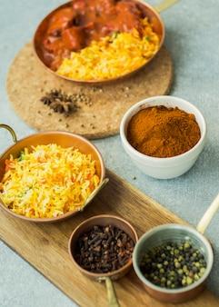 Epices et plats de riz sur les planches