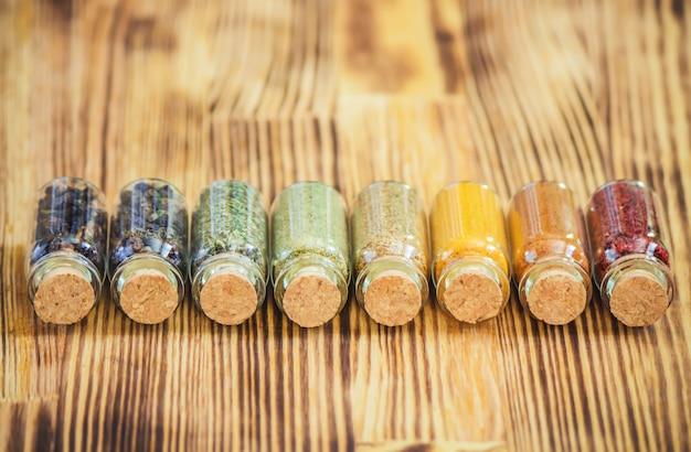 Épices en pots sur fond en bois. mise au point sélective.