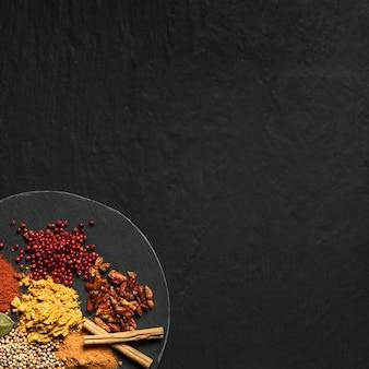 Épices en poudre avec copie-espace