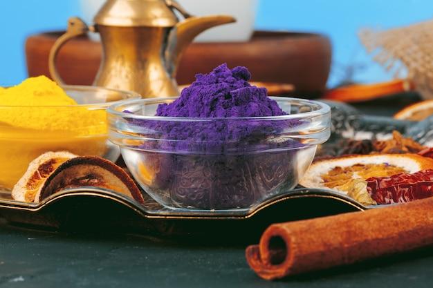Épices de poudre de couleurs de holi indiennes traditionnelles sur le fond rustique foncé