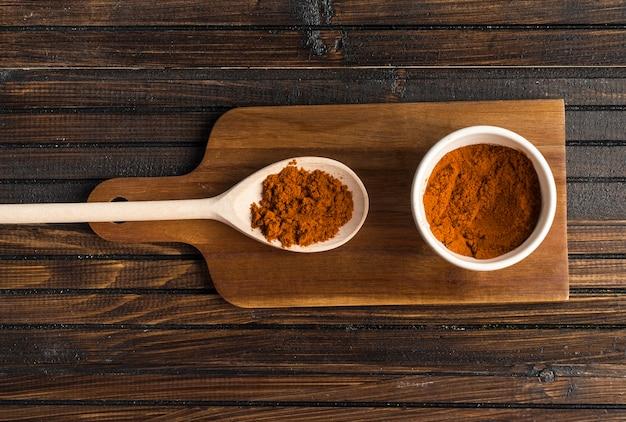 Épices en poudre sur planche à découper