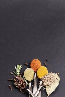 Épices en poudre sur tableau noir, vue de dessus