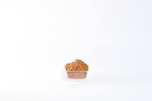 Épices pour brochettes sur blanc