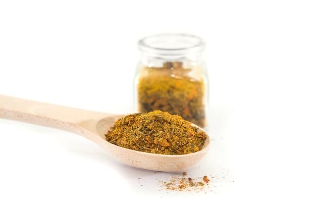 Épices pour pilaf dans une cuillère en bois et un pot