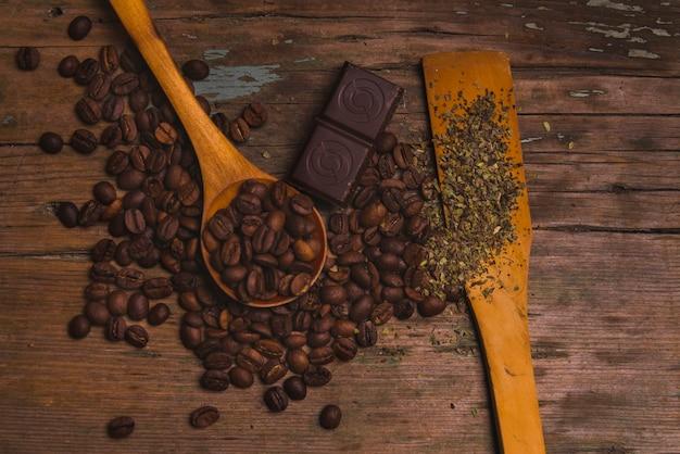 Épices près de café et de chocolat