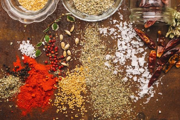Épices près de pot et bols
