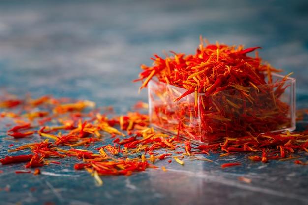 Épices de safran séchées