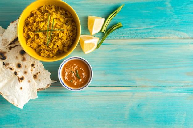 Épices et sauce près du lavash et du riz