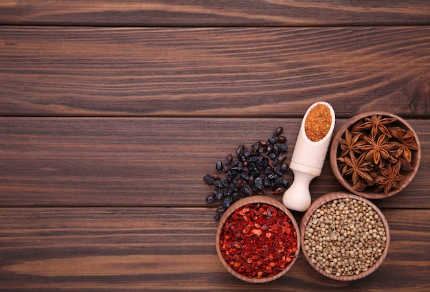 Les épices se mélangent sur un fond en bois marron. vue de dessus