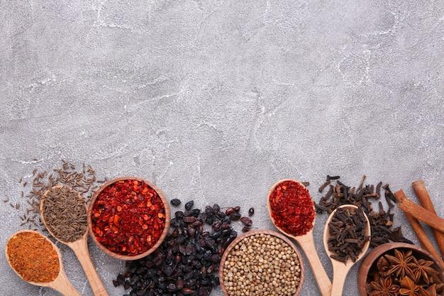 Les épices se mélangent sur un fond gris. vue de dessus