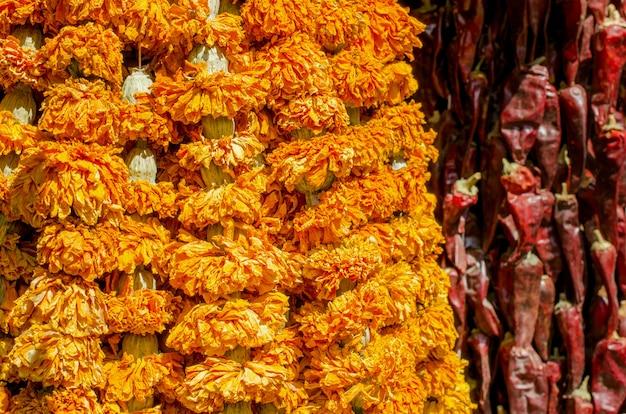 Les épices séchées sur le marché pendent.