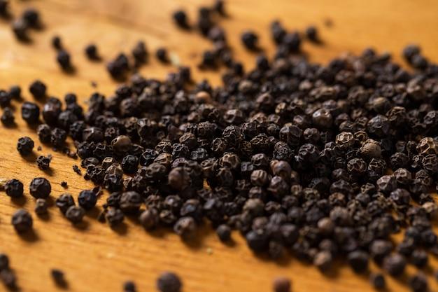 Épices. tas de poivre sur la table