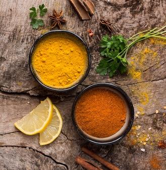Épices et tranches de citron vue de dessus