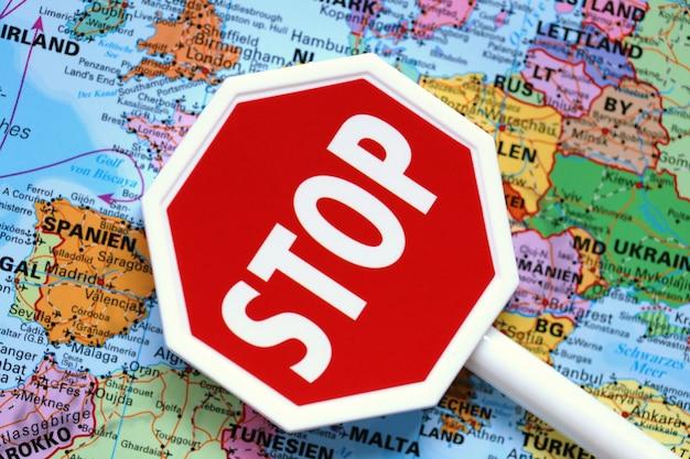 Épidémie d'infection à coronavirus. concept de quarantaine et d'isolement. rester à la maison. frontière du pays fermée. panneau d'arrêt