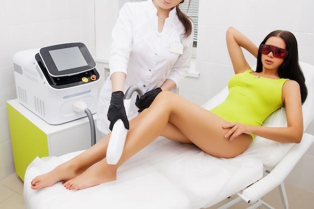Épilation au laser et cosmétologie dans un salon de beauté. procédure d'épilation. épilation au laser, cosmétologie, spa et épilation