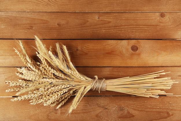 Épillets de blé sur bois