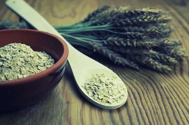 Épillets de blé et d'orge dans le plat