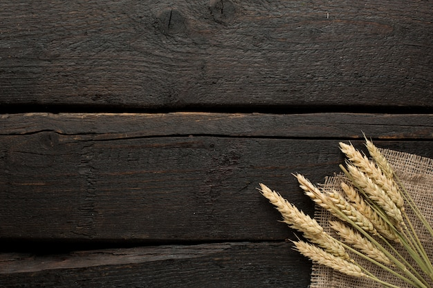 Épillets de blé sur toile de jute sur bois