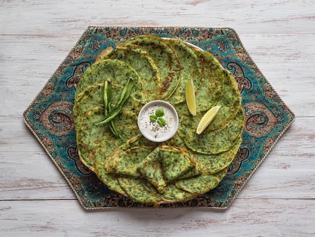 Épinards adai - crêpes vertes indiennes. la nourriture végétarienne.