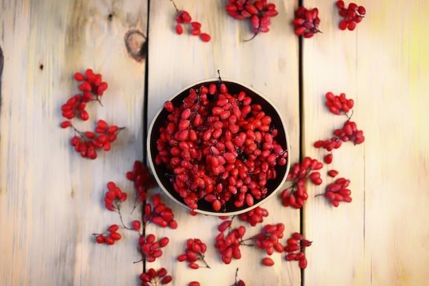 Épine-vinette fraîche dans un bol. baies rouges d'épine-vinette.