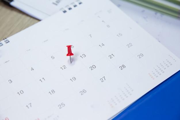 Épingle rouge au numéro 12 du calendrier.