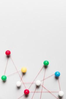 Épingles colorées et copie de la carte de l'espace