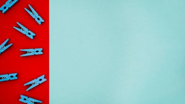 Épingles à linge colorées plates sur des arrière-plans colorés