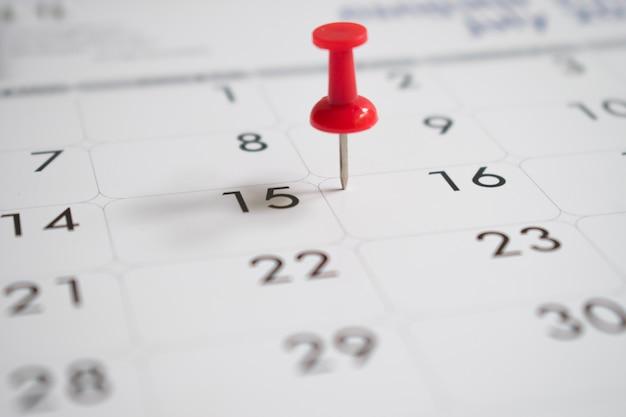 Épingles rouges le jour 16 avec activité, calendrier