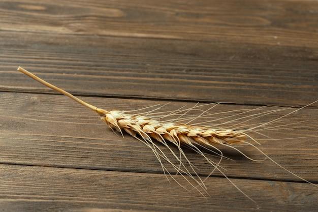 Épis de blé sur la table en bois