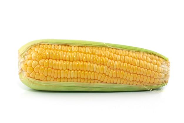 Épis de maïs frais isolés sur blanc